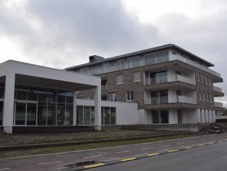 """Slecht afgewerkte serviceflats 'Bloemenbos' zorgen voor ellenlange klachtenlijst en ontevreden eigenaars: """"Ik heb er mij al ziek in gemaakt"""""""