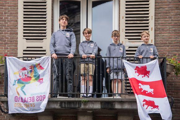 Vier Heemskinderen Maarten, Wout, Stan en Lander Cassiman zongen vanop het balkon aan hun huis.