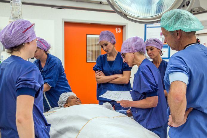 Yvonne van Riet (met bril) met haar collega's van het Catharina Ziekenhuis: ,,Ik kan oprecht een traantje laten wanneer ik het verhaal van een borstpatiënte hoor.''