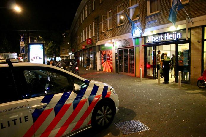 Een filiaal van Albert Heijn op de Apeldoornselaan in Den Haag is zaterdagavond overvallen door drie gewapende mannen.