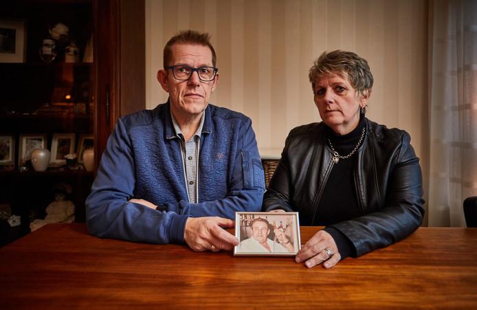 Richard en Anita van der Mee met een foto van hun vader.
