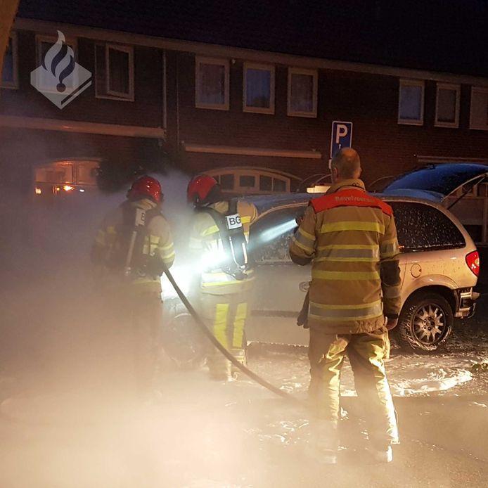 De brandweer kon niet voorkomen dat de auto flink beschadigd raakte.