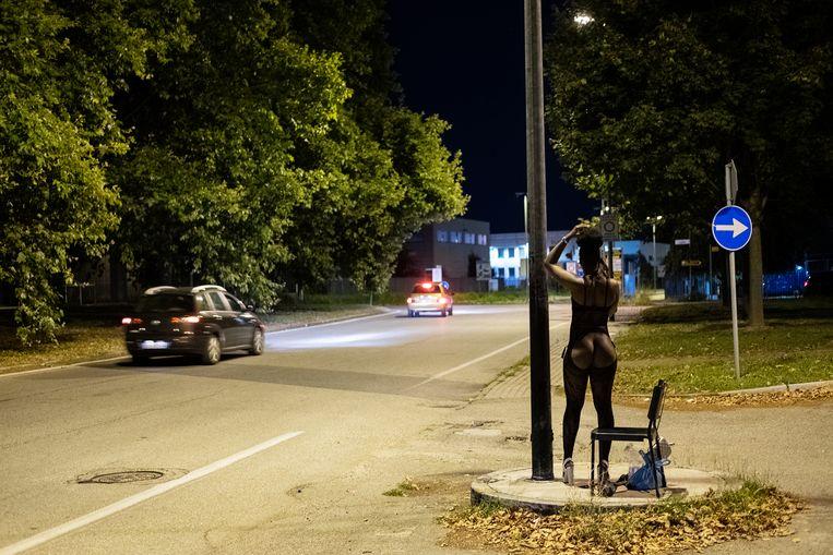 Prostitutie langs een weg in de Italiaanse stad Turijn. Beeld Giulio Piscitelli / de Volkskrant