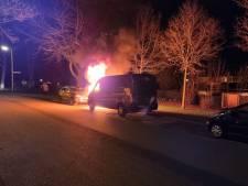Twee auto's lopen schade op bij brand in Hengelo