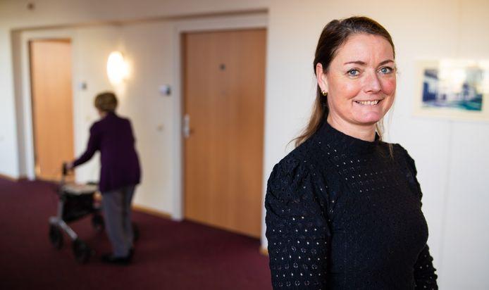 Linda van den Hurk kreeg als vierde Nederlander het vaccin toegediend.