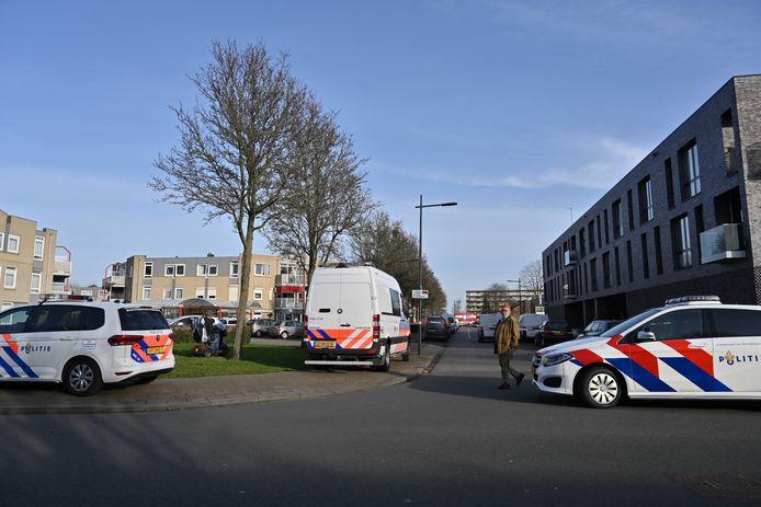 Vrouw overleden in woning aan de Cornelis Outshoornstraat in Breda. Politie doet onderzoek.