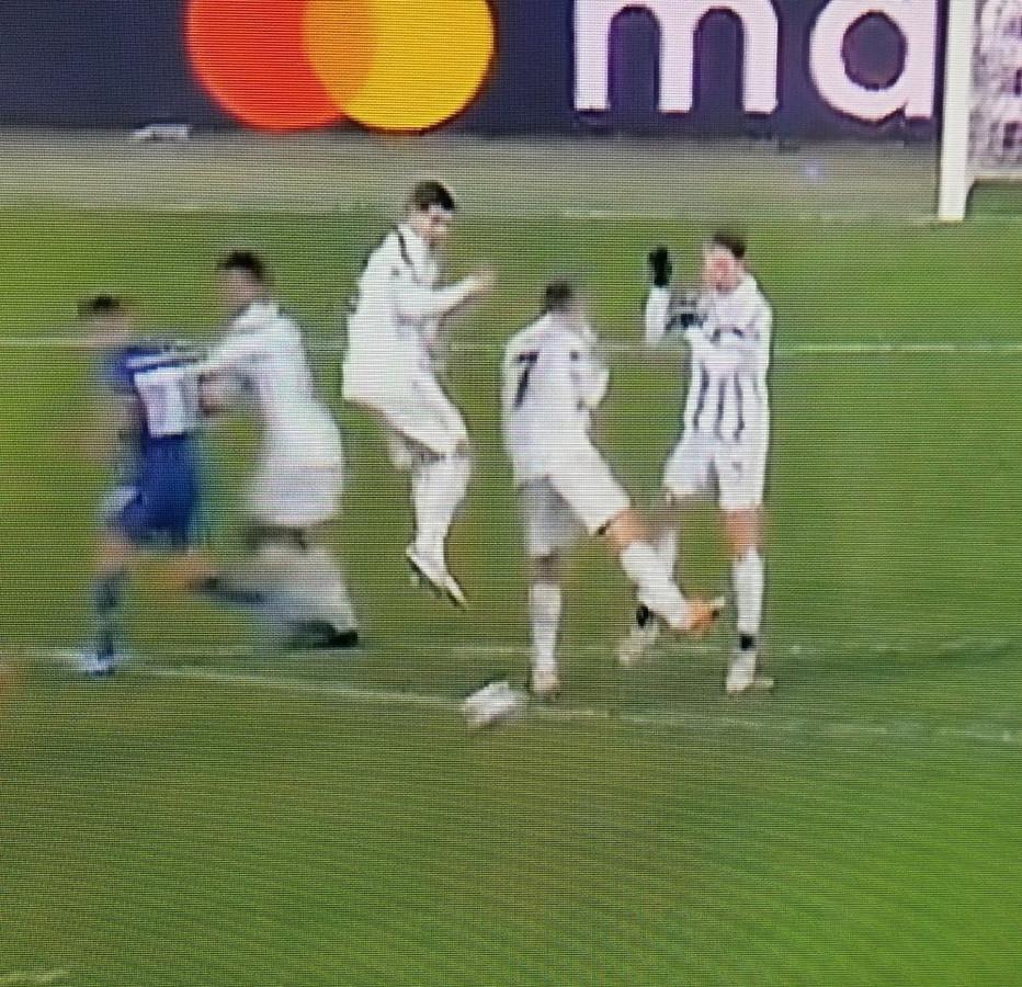 Een screenshot van de bewuste vrijschop en het dramatisch muurtje van Juve, met Ronaldo in het midden.