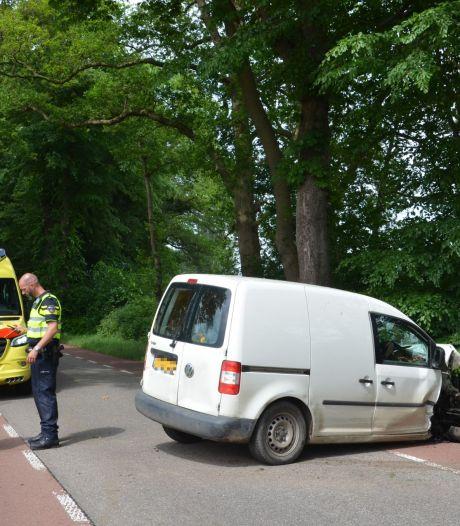 Bestuurder gewond na botsing tegen boom op N826 bij Almen