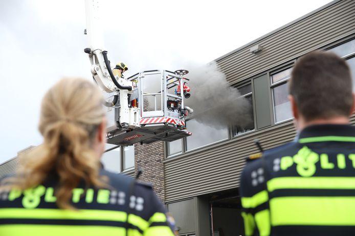 Met behulp van een hoogwerker heeft de brandweer de vlammen geblust.