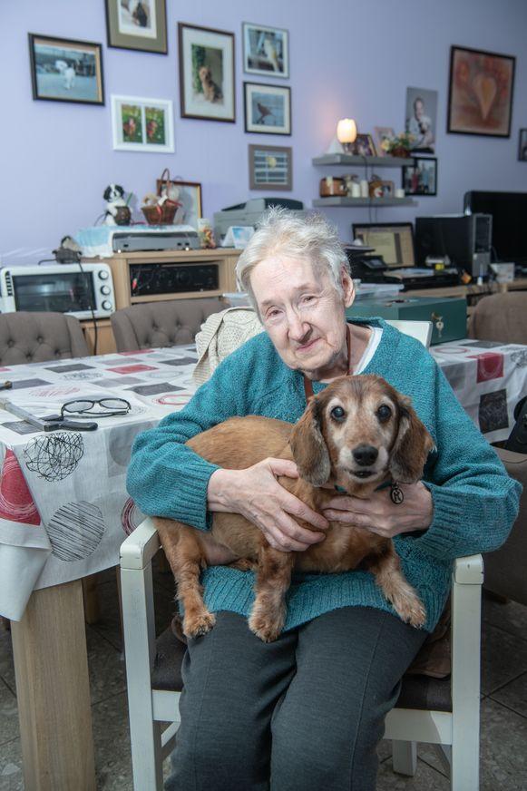 Geen mensen in de fotokaders bij Hilda Oninckx, wel dieren die haar eenzaamheid verdrijven.