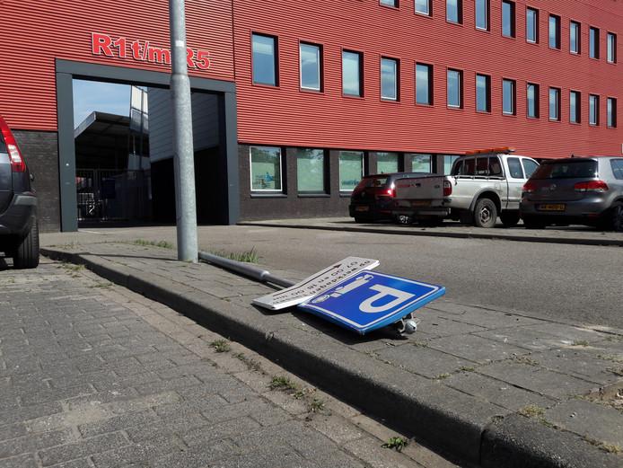 Een uit de grond getrokken bord herinnert aan de ongeregeldheden van woensdag bij stadion De VliertEn