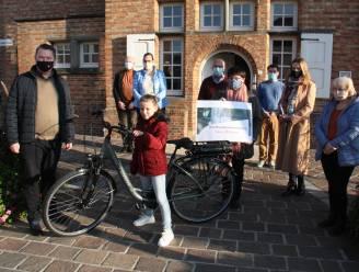 Caithlyn (9) wint de elektrische fiets als hoofdprijs van de fietsactie