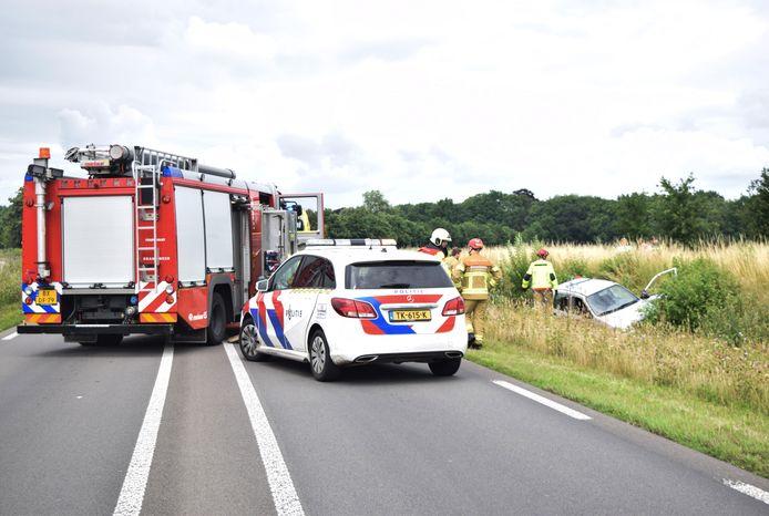 De auto belandde in een sloot naast de Zutphenseweg bij Hummelo. Mogelijk is de bestuurder onwel geworden.