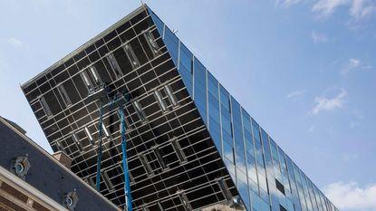 Spiegels van nieuwe stadhuis 'plakken' nog niet goed