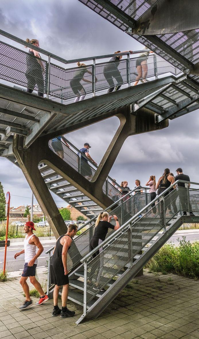 Ook de trappen van de Ronde van Vlaanderenbrug bleken nuttig te zijn, tijdens de sportles.