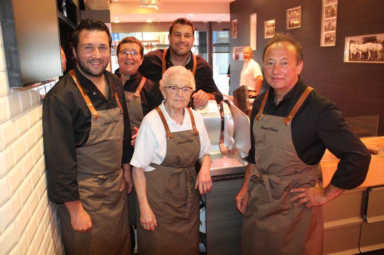 De familie Pieters in de slagerij aan de Beestenmarkt. Zij beloven een pensenfeestje als ze de overwinning binnenhalen.