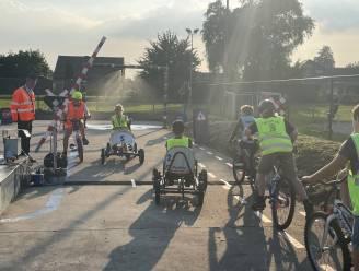 """Nieuw verkeerspark met echte overweg trekt rond naar 29 lagere scholen: """"Kinderen correct leren fietsen om verkeersongevallen te vermijden"""""""