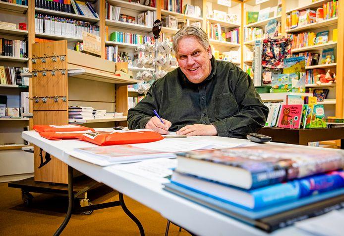 Arie Hagers (56) van boekhandel Bij Arie in Puttershoek.