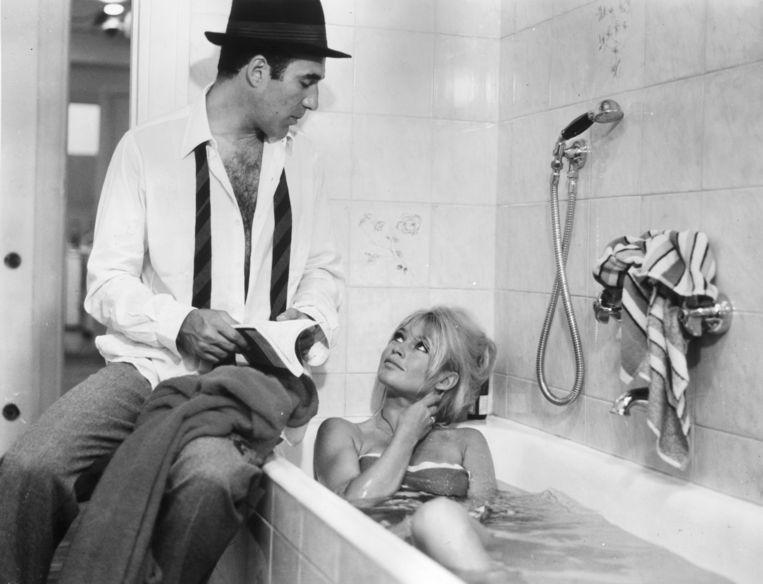 Michel Piccoli met Brigitte Bardot in Le Mépris.  Beeld Getty