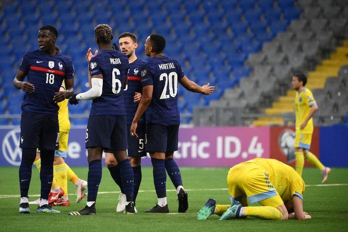 De Fransen juichen na de 0-2, spelers van Oekraïne balen.