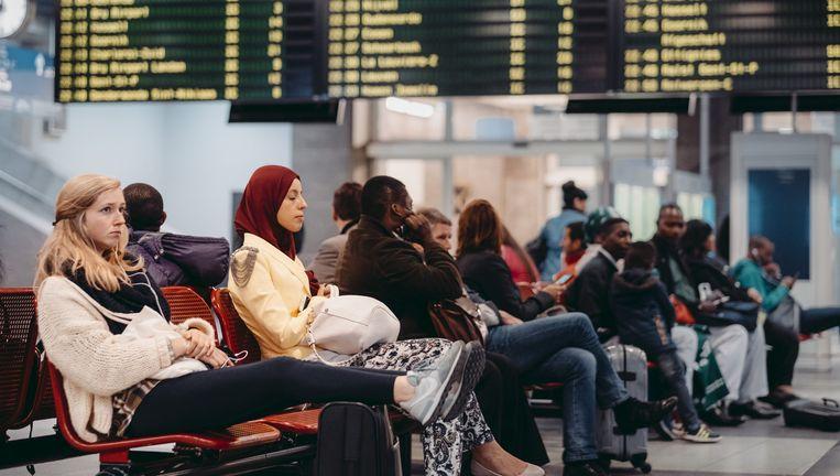 Gestrande reizigers in het Brusselse Zuidstation. Beeld © illias teirlinck