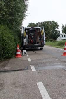 Straat in Nieuwerbrug heeft geen water door kapotte leiding onder asfalt