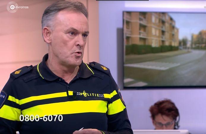 Willem van Hooijdonk voert bij Opsporing Verzocht het woord over de zoektocht naar informatie rond het dodelijke steekincident van Paul Pluijmert in Breda.