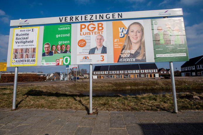 Verkiezingsbord in 2018, tegen de achtergrond van het pas opgeleverde project met 15 starterswoningen aan de Molenbeemd in Moergestel.