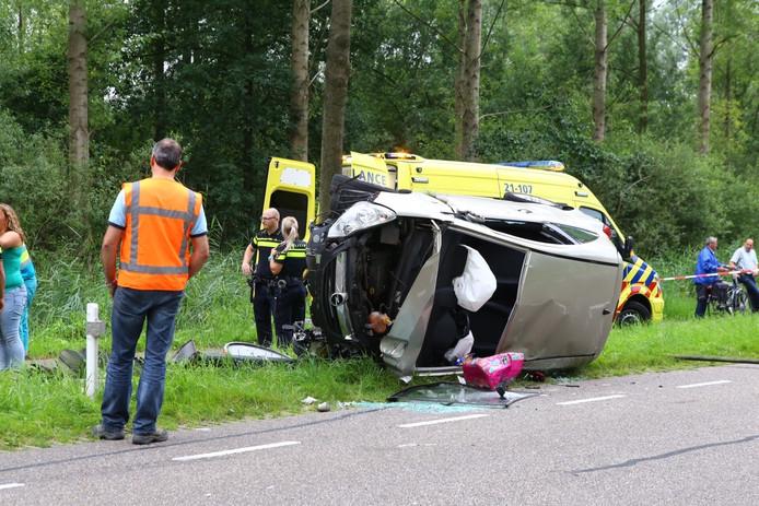 De vrouw belandde met haar auto tegen een boom langs de Steeg in Schijndel.