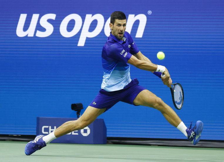 De Serviër Novak Djokovic slaat een backhand in zijn partij tegen Matteo Berrettini. Beeld Photo News