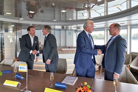 Rik Pek (directeur Broekman Logistics), Emile Hoogsteden (directeur Containers, Breakbulk & Logistiek van het Havenbedrijf Rotterdam),Willem-Jan de Geus (directeur Metaaltransport) en Peter van der Pluijm (directeur RHB) feliciteren elkaar met het startsein voor de doorschuifoperatie.