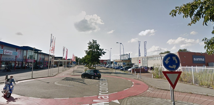 De Marconistraat. Fietsers moeten op meerdere punten van de rechter- naar de linkerkant van de weg oversteken en andersom.