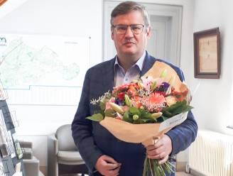Bloemen voor de burgemeester omdat Kruisem 100ste burgerprofiel-gemeente is