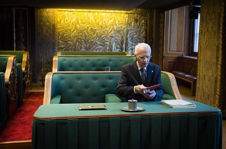 SGP'er Gerrit Holdijk in een van de groene Senaatsbanken op de dag van zijn vertrek uit de Eerste Kamer op 2 juni 2015. Beeld anp