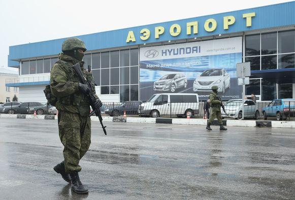 Russisch gezinde media steunden de suggestie dat onbekende gewapende mannen in groene uniformen op de Krim 'Russische beschermers' waren.