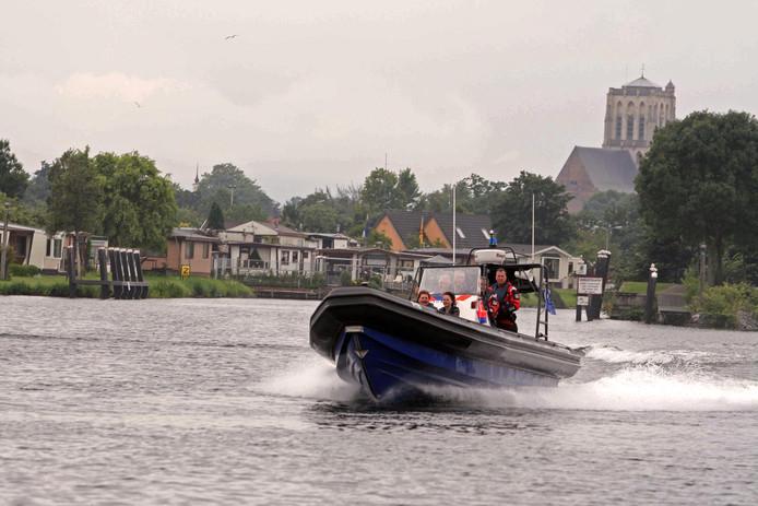 Het Hoogheemraadschap van Delfland pompt momenteel tussen de 3000 en 4000 liter zoet water per seconde uit het Brielse Meer.