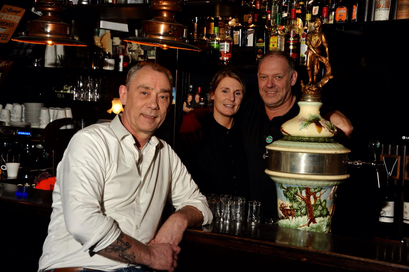Rob van Putten (links) zette een crowdfundingactie op voor Café Sebes in Dordrecht.