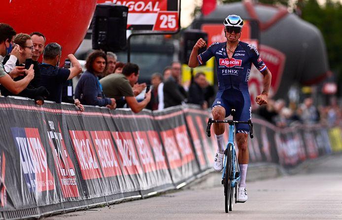 Mathieu van der Poel viert zijn overtuigende overwinning.