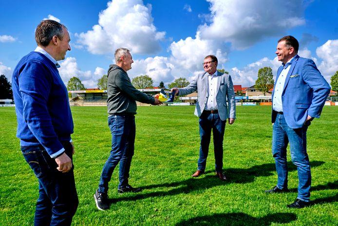 Samensteller Ben Boswinkel presenteert het jubileumboek aan sponsor Kees Hooghwerff. Voorzitter Dick de Heus (uiterst links) en Leo Hooghwerff (rechts) kijken toe.