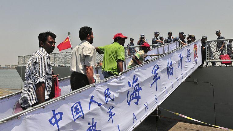Buitenlanders uit Jemen stappen op een Chinees schip. Beeld reuters