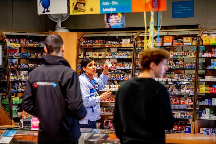 De sigaretten zijn nu nog volop in de supermarkten te koop.