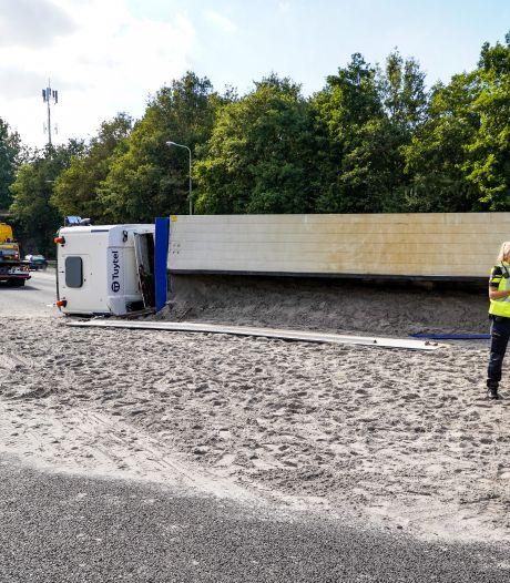 A20 richting Hoek van Holland weer vrij na ongeluk met gekantelde zandwagen