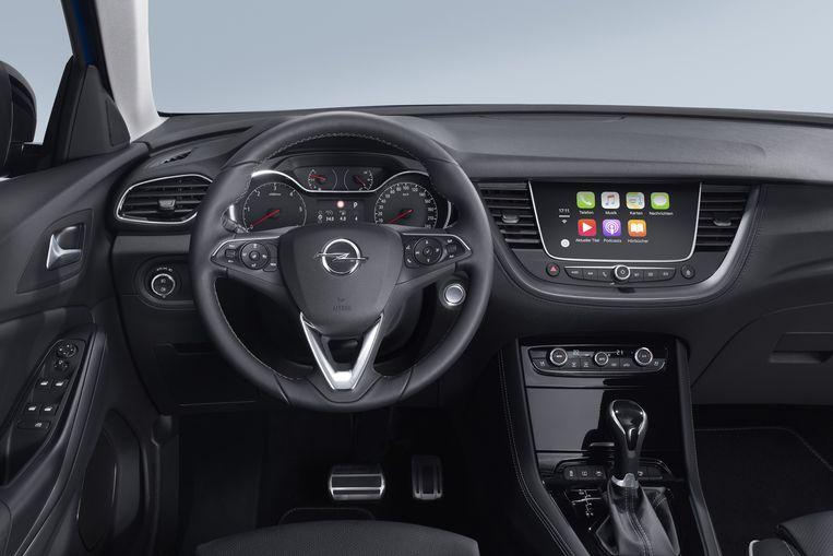 Het entertainmentsysteem is voorzien van Apple Car Play. Dat maakt het mogelijk ook geschreven telefoonberichten af te luisteren en te dicteren. Beetje contraproductief aan de groots opgezette Mono-campagne die het autorijden veiliger moet maken. Beeld