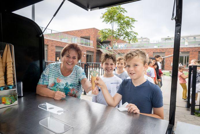 Margo Donkersloot trakteerde de groepen drie tot en met acht van haar basisschool Jan Ligthart donderdag allemaal op een ijsje vanwege haar aanstaande pensioen.