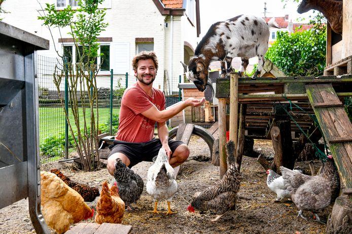 """William Koninckx houdt kippen, geiten en konijnen. """"Ze eten alles"""". (photo by Florian Van Eenoo/Photo News)"""