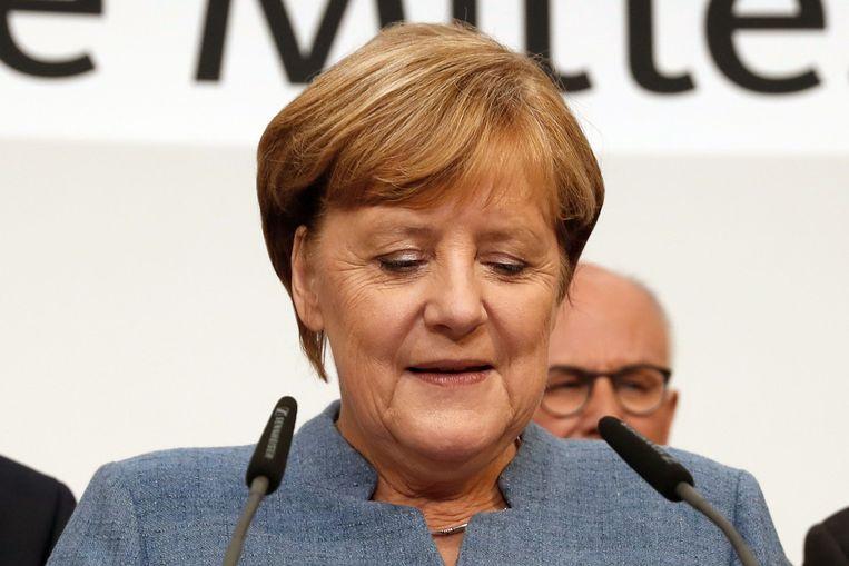 Een bitterzoete dag voor Merkel: haar christendemocraten blijven wel veruit de grootste partij van het land, maar gaan achteruit tegenover de vorige parlementsverkiezingen. Beeld AFP