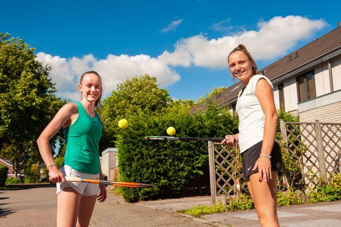 Gouda, Lois van de Fliert (links) en Tessa Kwakernaak gaan voor studie en tennis naar de USA.