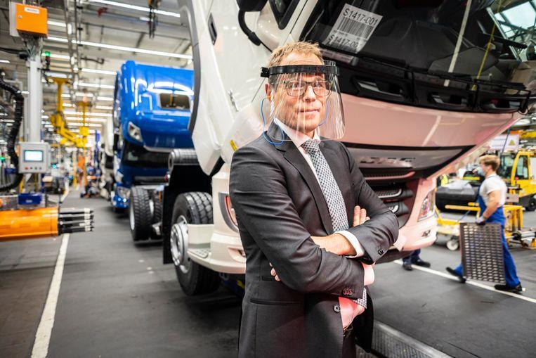 De DAF-fabriek in Eindhoven heeft zich snel aangepast op de coronamaatregelen. Ook de president directeur van DAF, Harry Wolters, draagt op de werkvloer gezichtsbescherming. Beeld Roos Pierson