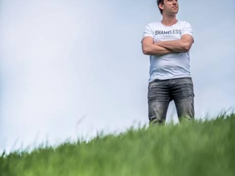 """Cabaretier Martijn Broekaart terug op de planken: """"Ik heb mijn zwemvest aan en drijf weer boven"""""""