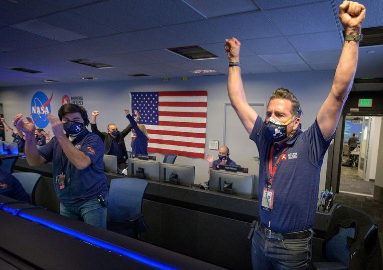 Landing geslaagd, gejuich bij NASA. Beeld AFP